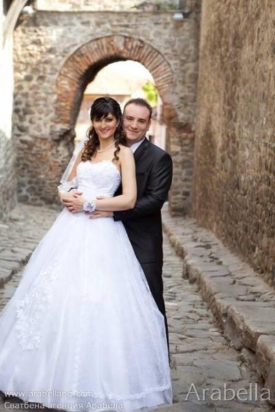 Нежна Сватба в лилаво и бяло