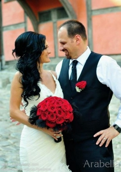 Сватба в черно и бяло с акцент червено